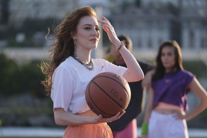"""Molped'in Marka Yüzü Elçin Sangu, Reklam Filminde """"Kız Sözü"""" Veriyor"""