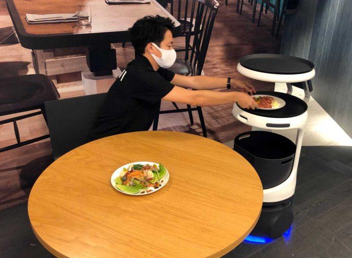 SoftBank, Servis Robotlarını Japonya'daki Restoranlara Getiriyor